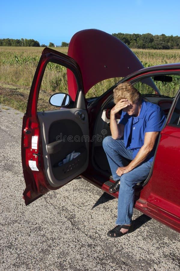 Apuro mayor maduro del coche de la mujer, avería del camino fotografía de archivo