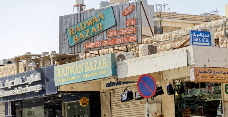 Aqaba, Jordanië, 8 Maart, 2018: Tekens bij winkels en tekens voor toeristen in Aqaba van de binnenstad, voor aankoop van zilver,  royalty-vrije stock fotografie