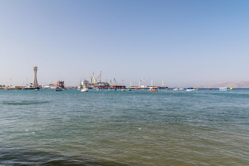 Aqaba, Jordania - 8 de febrero de 2019: Barcos y puerto del cargo de Aqaba foto de archivo libre de regalías