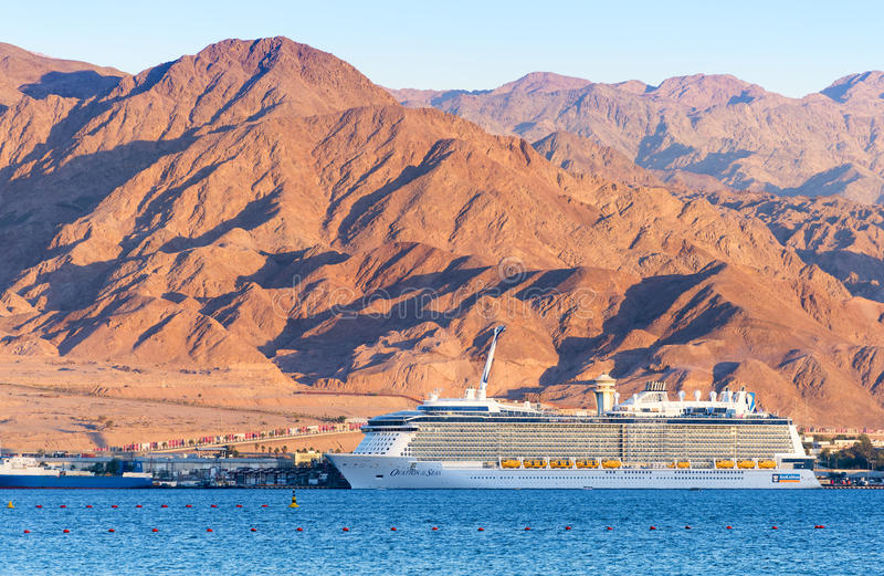 AQABA, JORDANIA - 19 DE MAYO DE 2016: Barco de cruceros internacional del Caribe real, ovación de los mares fotografía de archivo libre de regalías