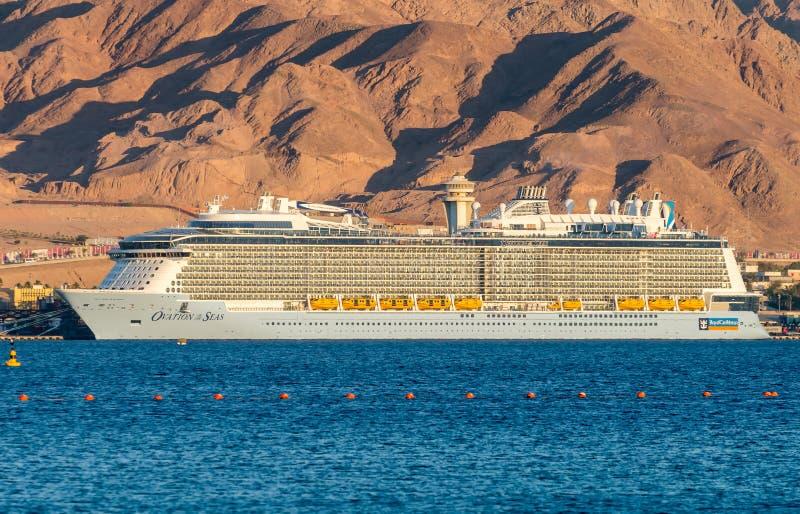 AQABA, JORDANIA - 19 DE MAYO DE 2016: Barco de cruceros internacional del Caribe real, ovación de los mares imagen de archivo libre de regalías