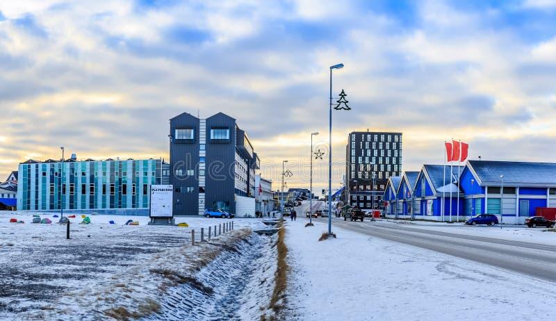 Aqqusinersuaq la calle principal de la ciudad de Nuuk cubierta en la nieve, Gree foto de archivo libre de regalías
