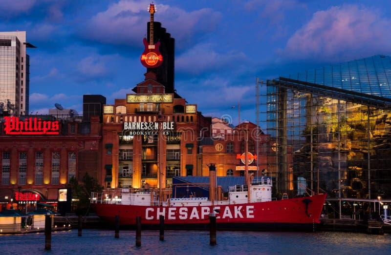 Aquário de Baltimore, central energética, e barco-farol do Chesapeake durante o crepúsculo, no porto interno em Baltimore, Marylan imagem de stock