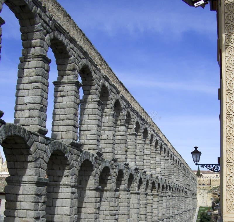 Aquädukt-Brücke von Segovia Spanien gegen einen blauen Himmel lizenzfreie stockfotografie