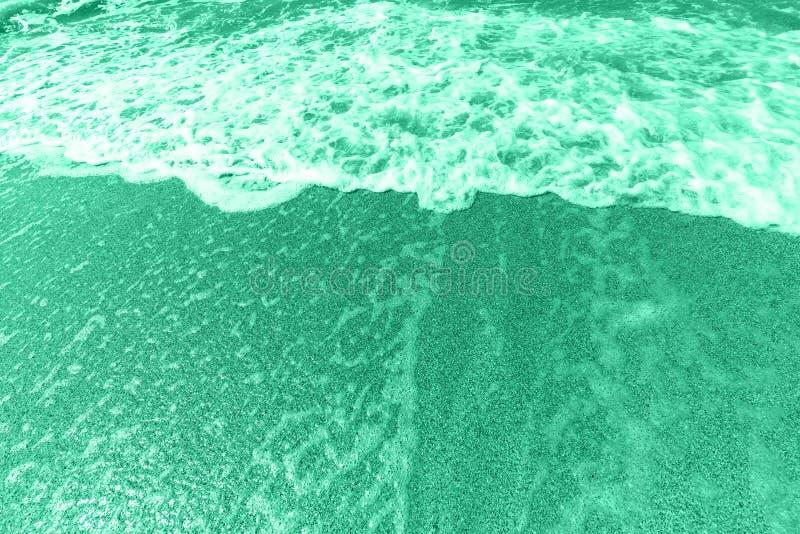 Aqua abstracto significa el color o las olas turquesas en una playa de arena, costa del mar Las tendencias de color 2020 imagen d imagen de archivo
