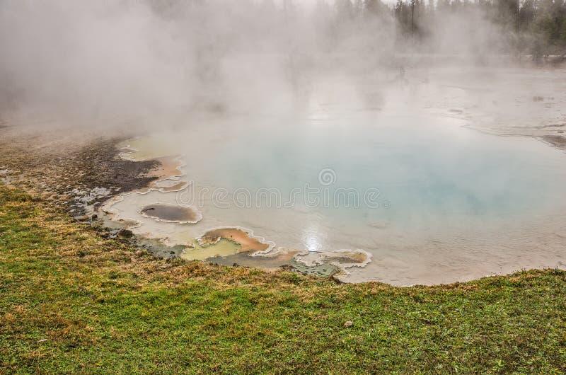 Aqua Colored Pool em Yellowstone imagem de stock