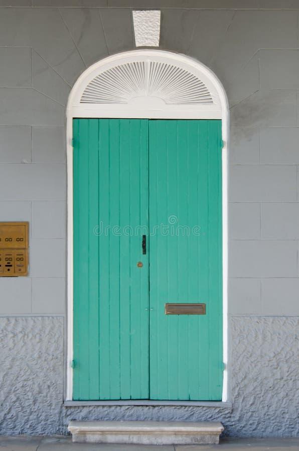 Aqua Door auf Gray Wall lizenzfreie stockfotografie