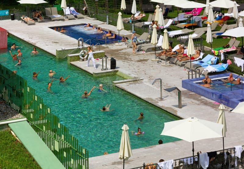Aqua Gym Session dans la piscine d'eau thermique photographie stock