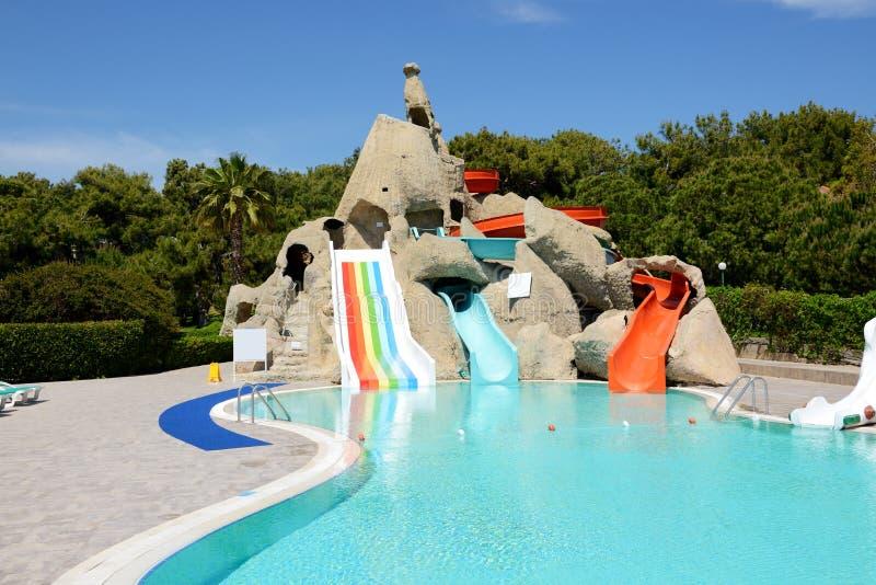 Aqua parkerar med vattenglidbanor i lyxigt hotell royaltyfri foto