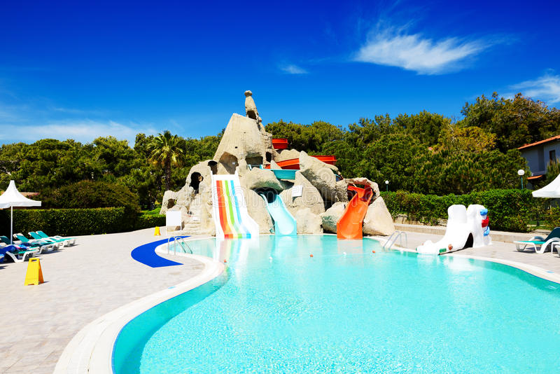 Aqua parkerar med vattenglidbanor i lyxigt hotell arkivfoto