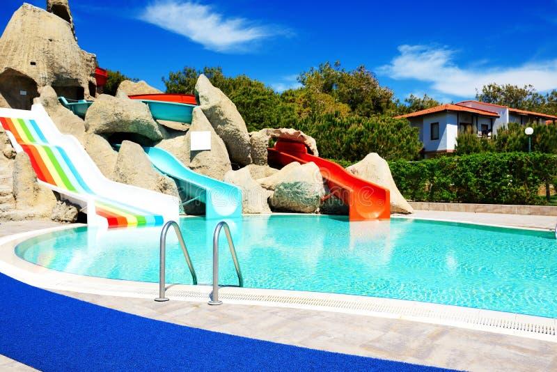 Aqua parkerar med vattenglidbanor i lyxigt hotell arkivbild