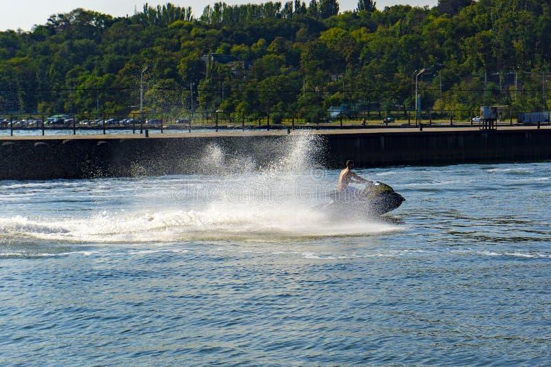 Aqua sport op een straalski, een atleet oefent verschillende oefeningen uit op het water stock afbeeldingen