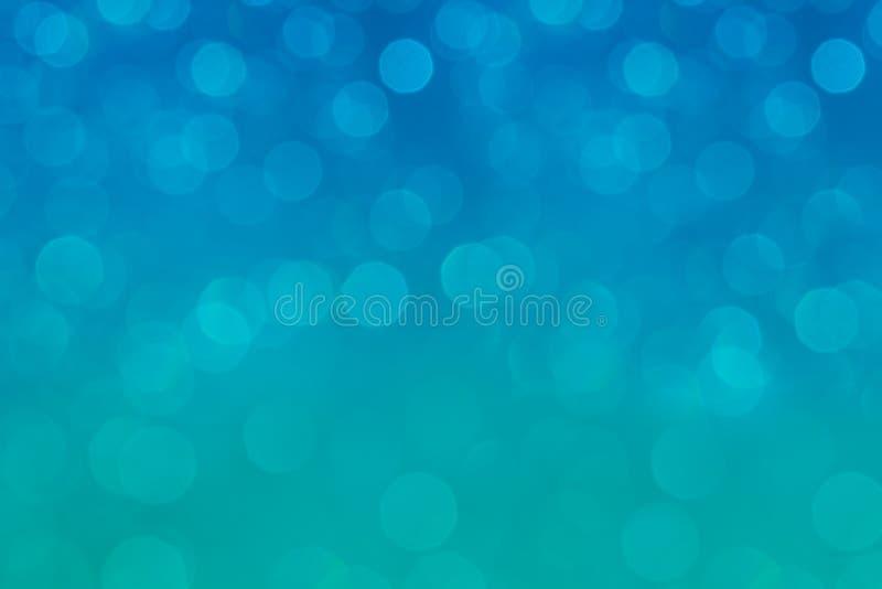 Aqua van de Bokeh zachte pastelkleur en blauwe achtergrond met vage regenbooglichten royalty-vrije stock afbeeldingen
