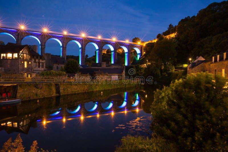 Aquadrato illuminato a Dinan, riflesso nel fiume rance, notte a Bretagne, Cotes d'Armor, Francia immagine stock