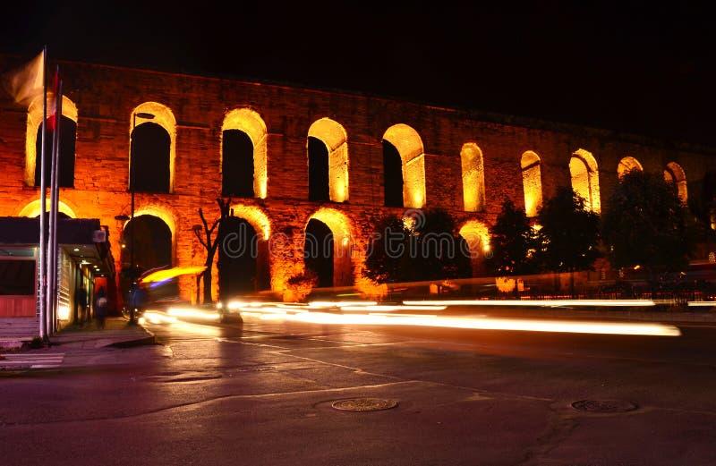 Aquaduct van Valens in nacht, Istanboel, Turkije stock fotografie