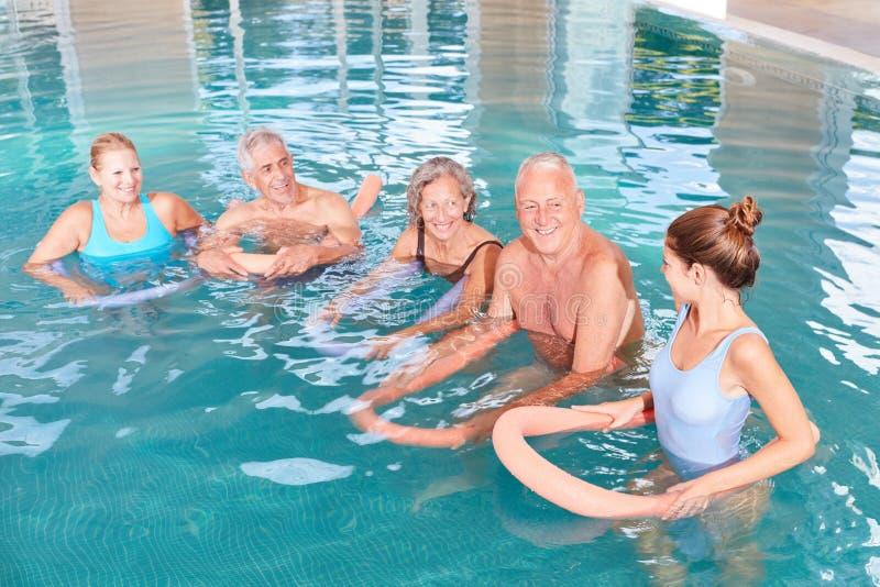 Aquagymnastiek als watergeneeskunde in rehab stock afbeeldingen