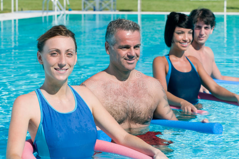 Aquagymnastikübung im Swimmingpool stockbilder