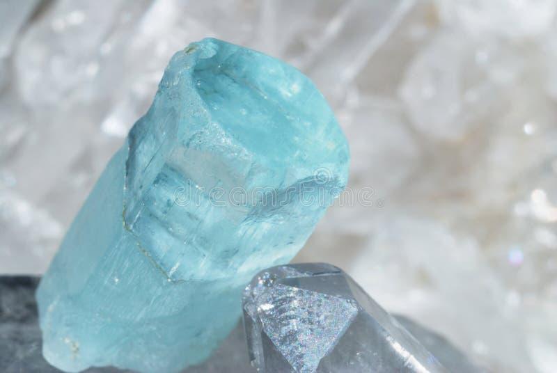 Aquamarine colocado no druze do quartzo imagens de stock