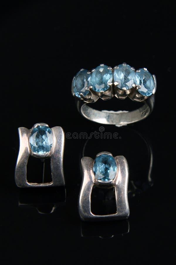 Aquamarine en el anillo de plata y earing imagenes de archivo