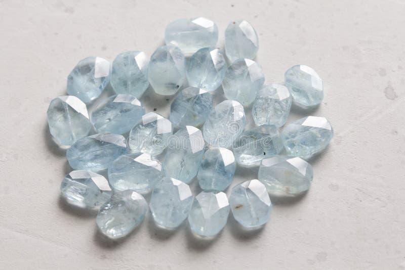 Aquamariner Stein Naturstein und aquamarine Kristalle auf einem wei?en Hintergrund Sch?ne aquamarine Steine Kopieren Sie Raum f?r stockfotos