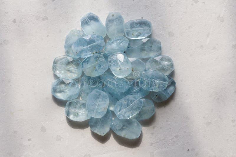 Aquamariner Stein Naturstein und aquamarine Kristalle auf einem wei?en Hintergrund Sch?ne aquamarine Steine Kopieren Sie Raum f?r stockfotografie