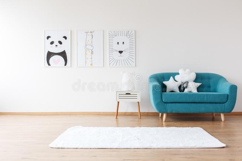 Aquamarines Sofa in Kind-` s Raum stockfoto