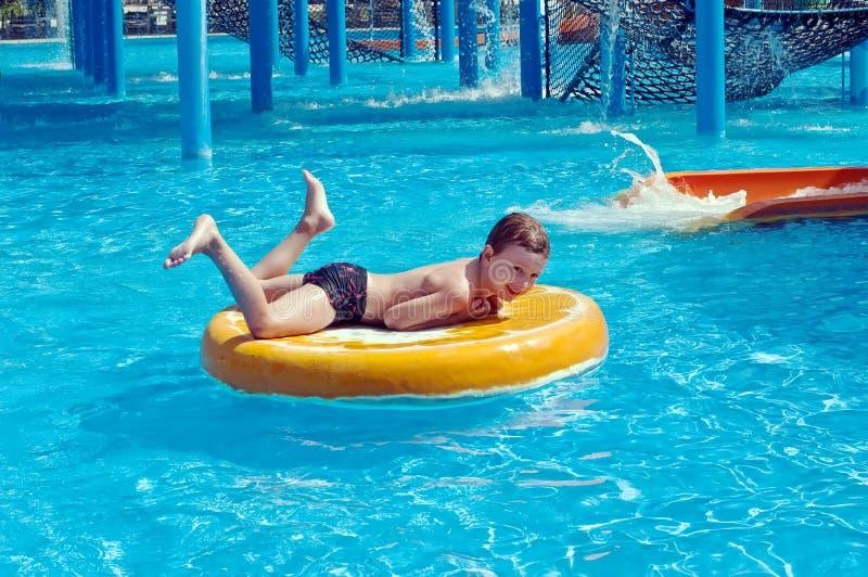 aquapark chłopiec zabawa ma potomstwa zdjęcia stock
