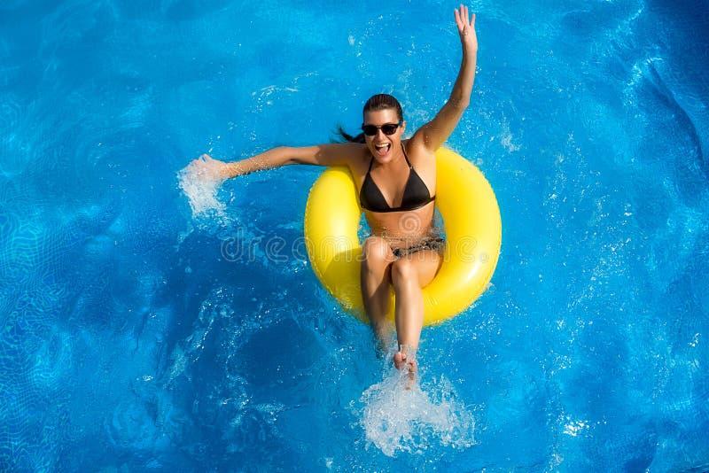 Aquapark. Jogo moreno da beleza na associação fotografia de stock royalty free