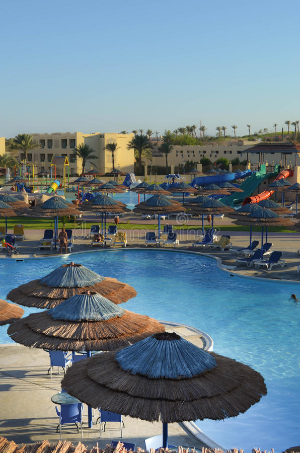 Aquapark mit Regenschirmen und Dias lizenzfreie stockfotos