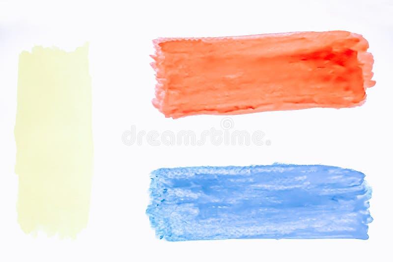 A aquarela azul e vermelha com o projeto amarelo do fundo dos cursos da escova isolado com uso do espaço da cópia para adiciona o fotos de stock
