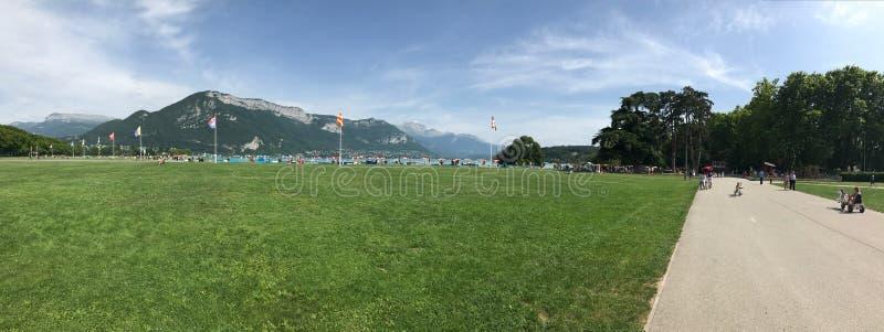 Aquarela verde, panorama, france, europa, montanhas do lago, annecy, cumes, montanhas fotografia de stock royalty free