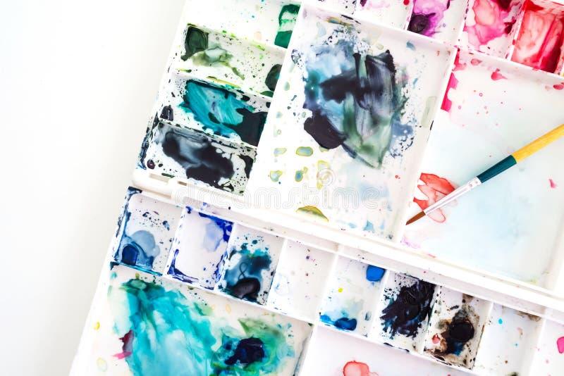Aquarellbehälter mit Pinsel Kunst und abstrakter Hintergrund T lizenzfreies stockfoto