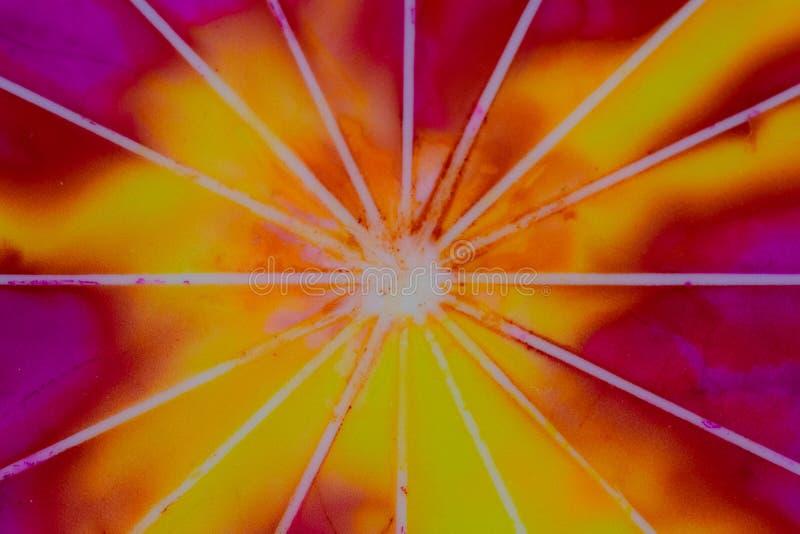 Aquarelle avec le jaune, l'orange et le pourpre avec des rayures de rayon de soleil photographie stock libre de droits