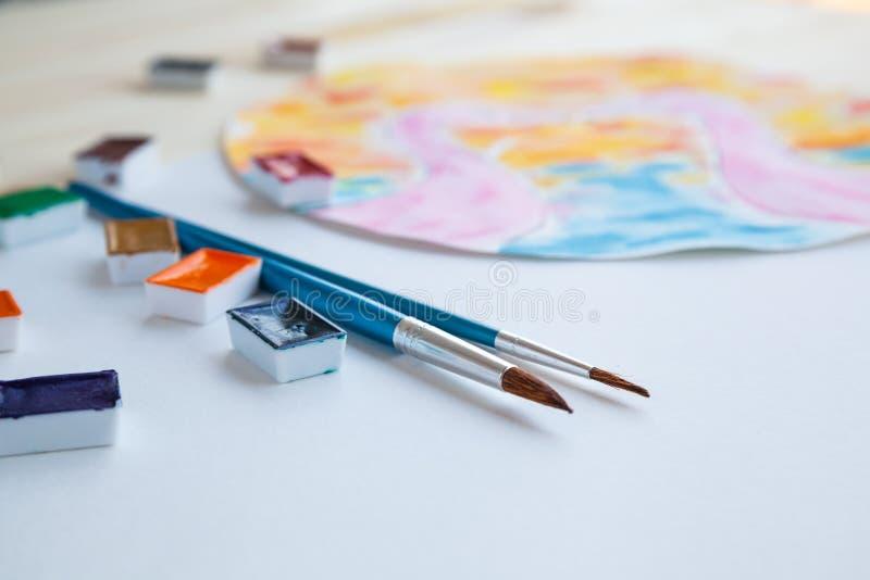 Aquarellfarben und zeichnende Versorgungen stockbild