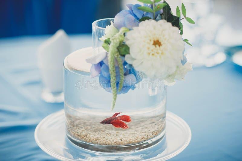 Aquarium met bloemen wordt verfraaid die stock afbeeldingen