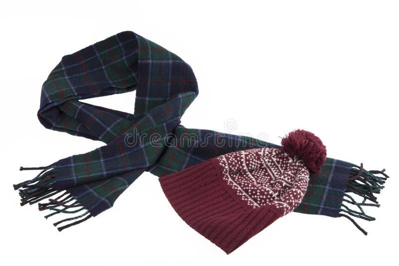 Aqueça o lenço esverdeado-azul de lãs e o tampão vermelho com o teste padrão do inverno imagem de stock royalty free
