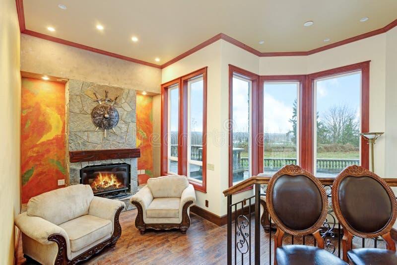 Aqueça a sala de família acolhedor com de uma casa de mansão luxuosa imagem de stock