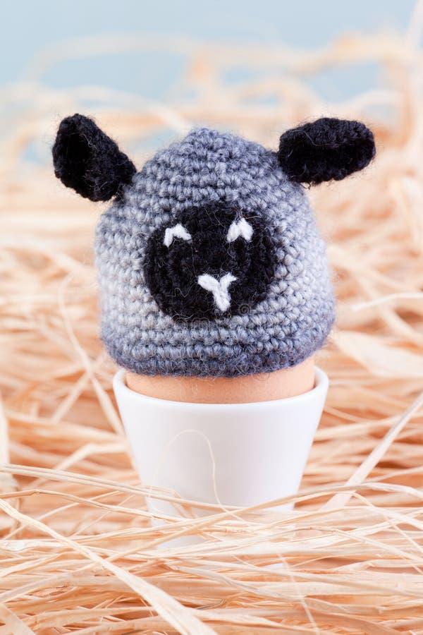 Carneiros do Crochet no ovo fotos de stock