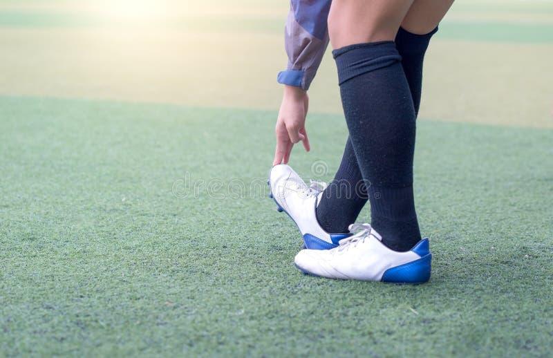 Aquecer o futebol Esticão do futebol - exercícios da flexibilidade para jogadores de futebol da juventude imagem de stock