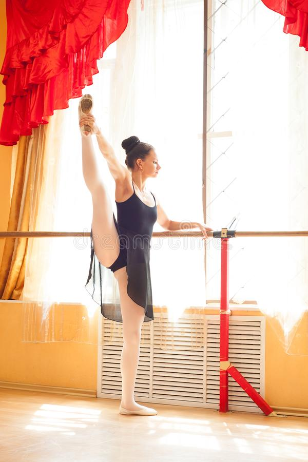 Aquecer-se do dançarino da bailarina imagem de stock royalty free