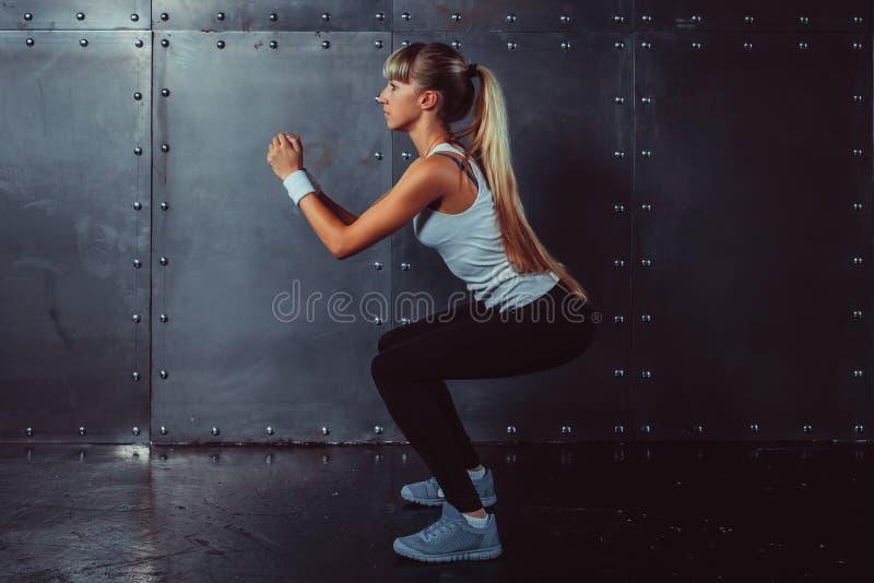 Aquecer-se modelo da aptidão atlética da jovem mulher fotografia de stock royalty free