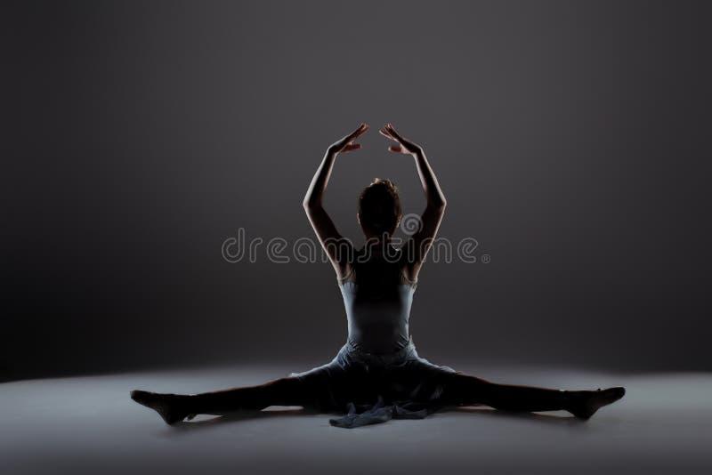 Aquecimento bonito novo do dançarino fotos de stock royalty free