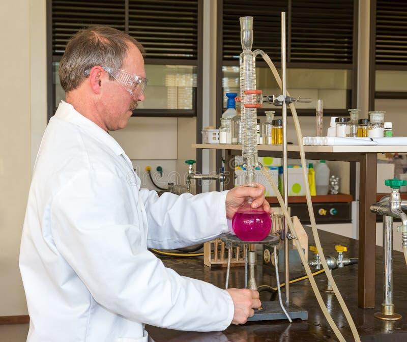 Aquecimento holandês do químico e líquido destillating imagens de stock royalty free