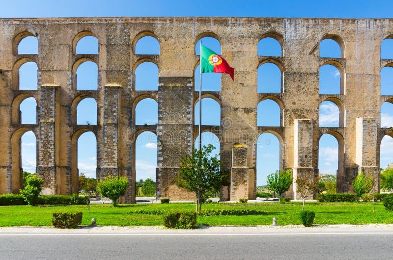 Aquedotto di Amoreira e bandiera del Portogallo in Elvas fotografia stock libera da diritti
