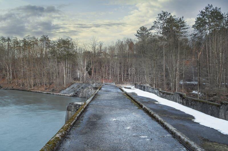 Aquedotto nero del canale del fiume fotografia stock