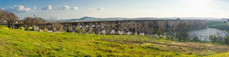 Aquedotto panoramico di Amoreira in città della regione di Elvas l'Alentejo Po fotografie stock
