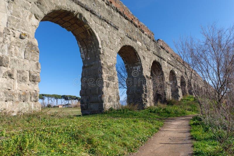 Aqueduc romain antique, vo?tes images libres de droits