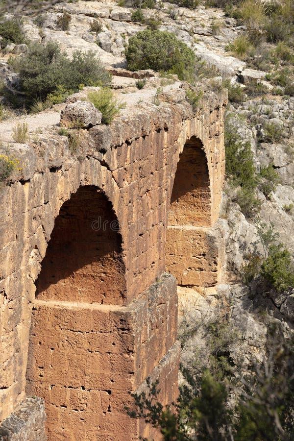 Aqueduc romain au-dessus de ravin photographie stock libre de droits