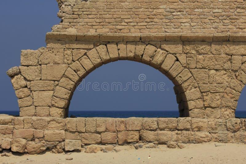 Aqueduto antigo em Caesarea Maritima foto de stock royalty free