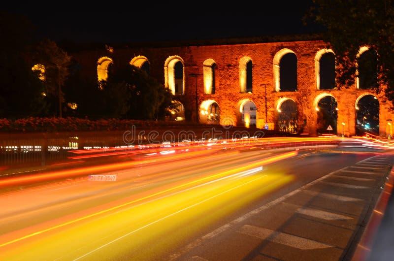 Aqueduto de Valens na noite, Istambul, Turquia foto de stock